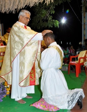 Bishop Susaimanickam ordains Father Ignaci Santiago, CSC